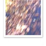 Höstlöv på marken fotade i farten, där suddigheten symboliserar stress.