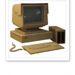 En dator med skärm och tangentbord från 80-talet.