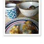 Frukost på retro-porslin.