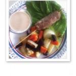 En tallrik med ugnsgrönsaker, kalkonfärs och jordnötssås.