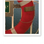 Närbild på en livboj, hängandes på en färja.