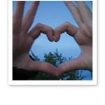 Två händer som formar ett hjärta med fingrarna.