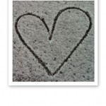 Ett hjärta ritat i nysnö.