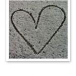 Snöhjärta. Ett hjärta ritat i nysnö.