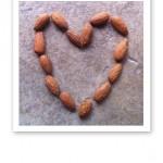 Sötmandlar arrangerade i form av ett hjärta.