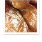 Närbild på nybakat bröd.